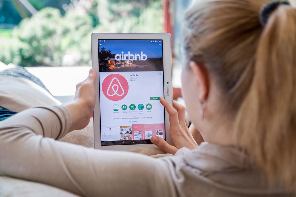 【2018年3月更新】最新の民泊動向は?住宅宿泊事業法(通称:民泊法・民泊新法)、足立区新宿区の自治体規制やSUUMOとAirbnbの提携・Airstairにも言及。